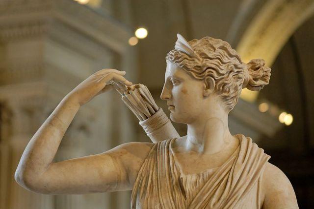 Jagtgudinden Diana med pilene parat i en af de mange marmorudgaver af hende. Foto: Chateau Versailles
